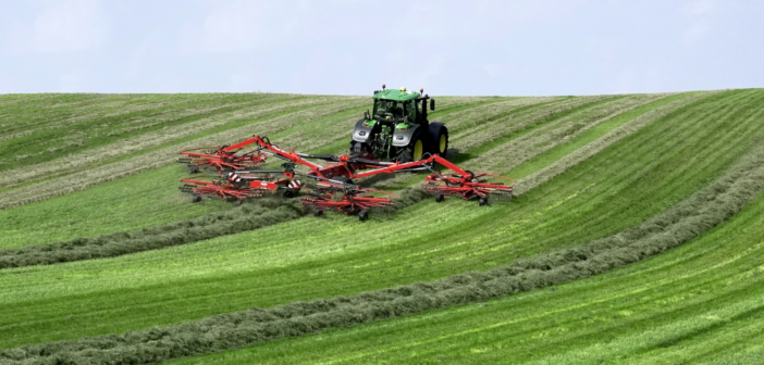John Deere sets windrowing world record